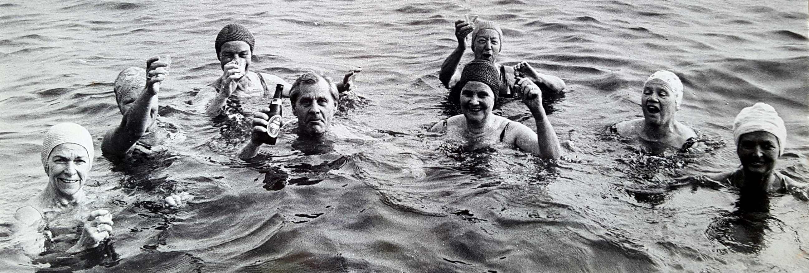 Badeklubbens medlemmer skåler i havet